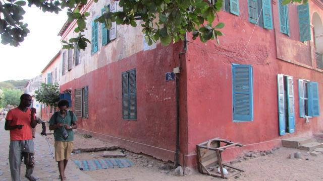Ayuda a hospitales, escuelas y comunidades en Senegal y Gambia.