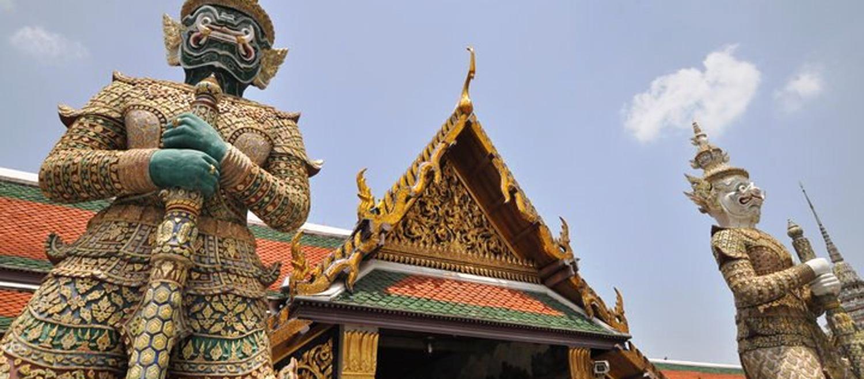 colabora en escuelas en Tailandia